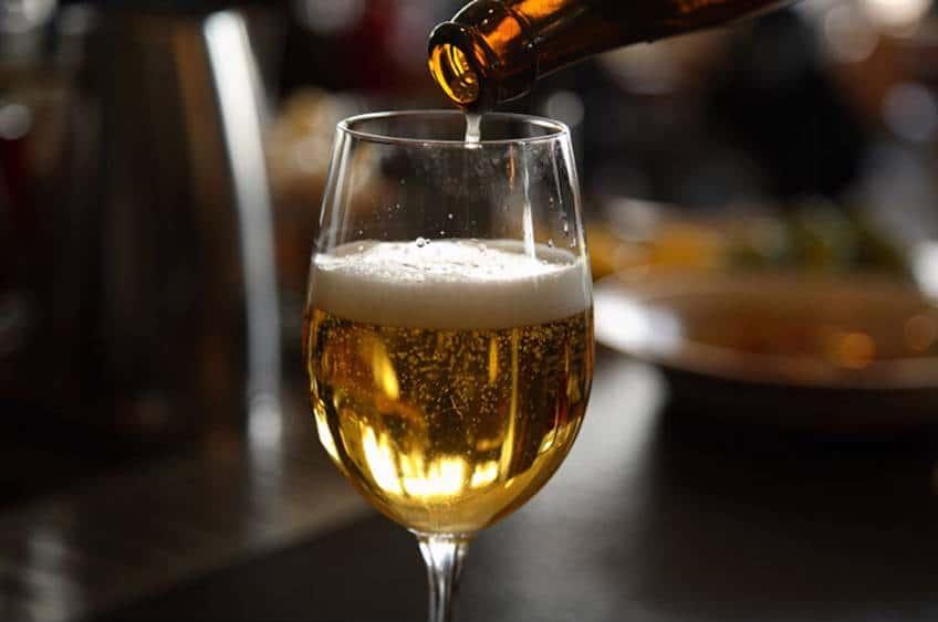 der bliver serveret en øl