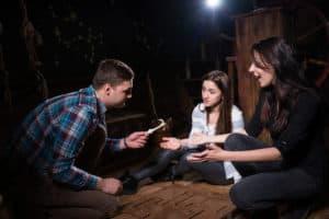 unge folk løser mysterier i escape rooms