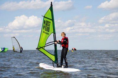 dreng på windsurfing kursus