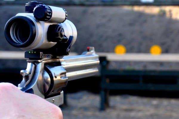mand-til-pistolskydning